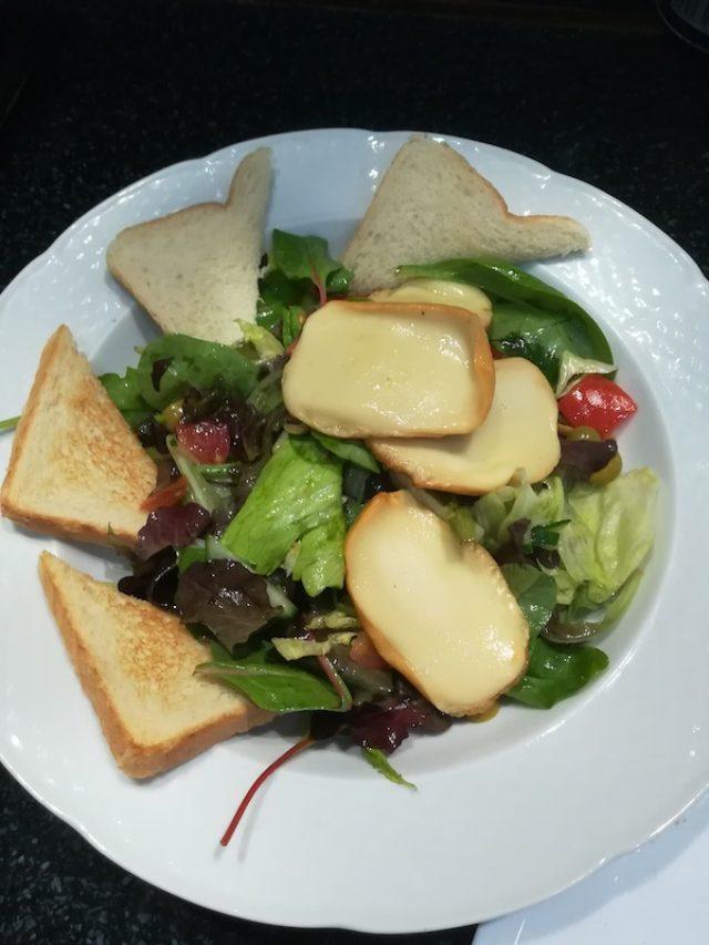 Šalát s údeným syrom